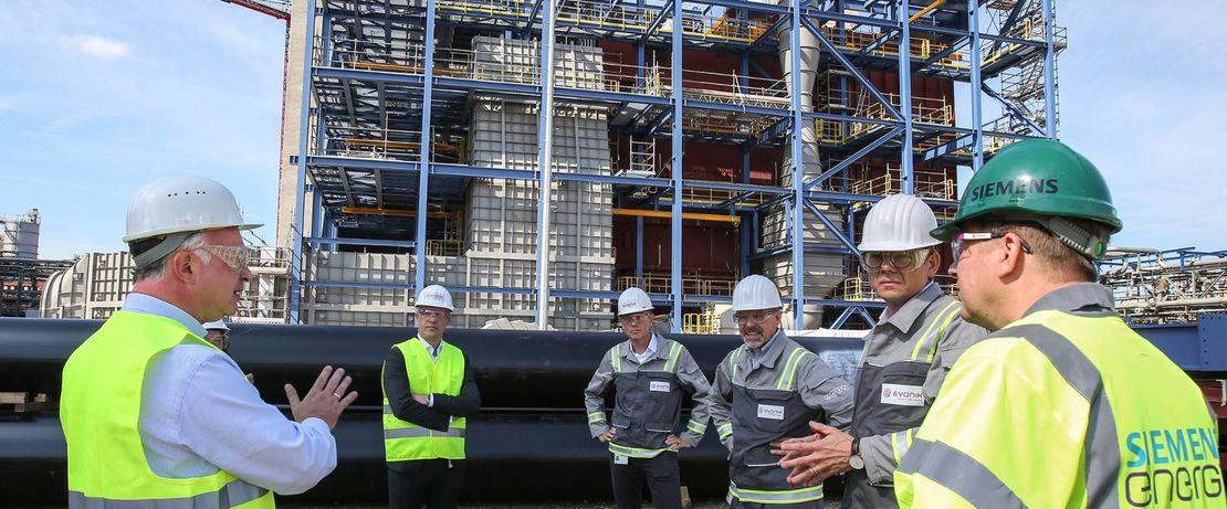 Die modernen Gas- und Dampfturbinenkraftwerke sind hocheffizient und umweltfreundlich. Evonik wird damit jährlich etwa eine Million Tonnen Kohlendioxidausstoß einparen. Das Projekt läuft in Kooperation mit Siemens Energy.