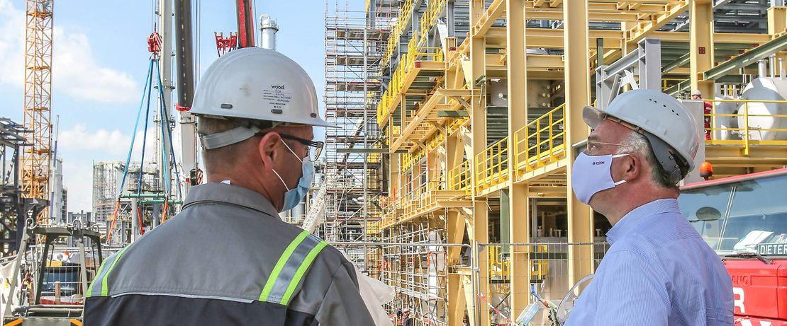 Unter dem Eindruck der aktuellen Lage auf den Baustellen: Christian Kullmann, Vorsitzender des Vorstands von Evonik (rechts im Bild).