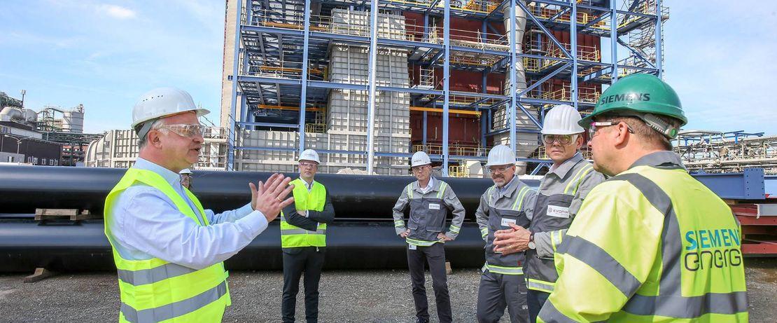 Die neuen Kraftwerksblöcke werden zur Erzeugung von Wasserdampf und Elektrizität mit Gas befeuert. Sie ergänzen die vorhandene Energieerzeugung aus Gas, die im Chemiepark bereits die Kohleverstromung abgelöst hat.