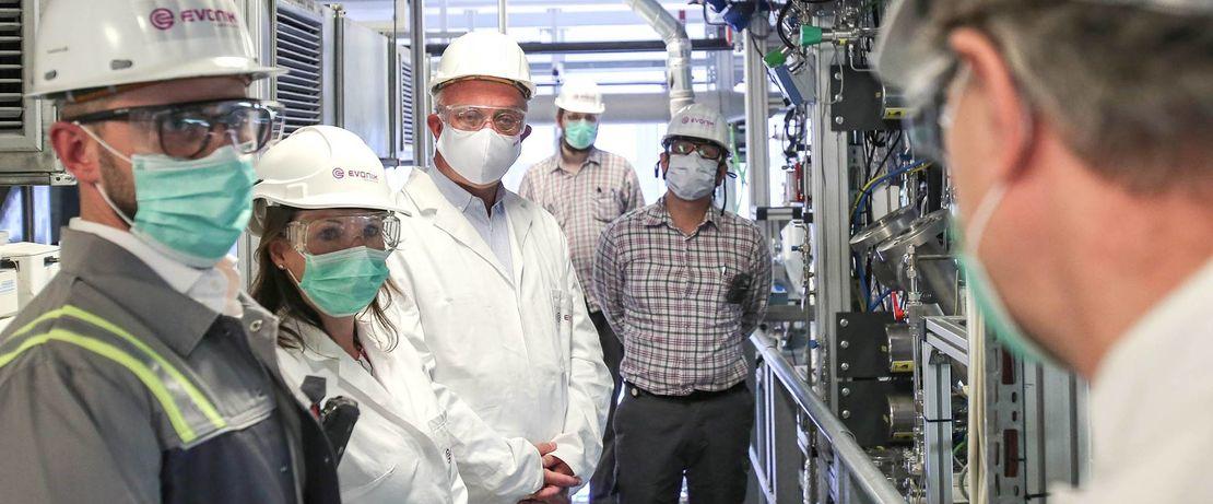 Im Hydroformylierungslabor um Leiter Prof. Dr. Robert Franke. Das Team kann aktuell mit einer bahnbrechenden doppelten Carbonylierung aufwarten.