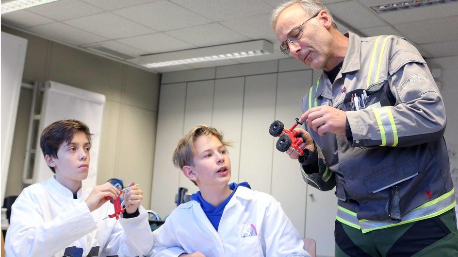 Schüler des ASGSGs und Ausbilder Matthias Rockahr während einer Praktikums-Einheit im Ausbildungszentrum